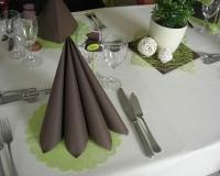 Décoration de table de baptême marron et verte