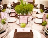 Decoration de table de baptême marron et vert